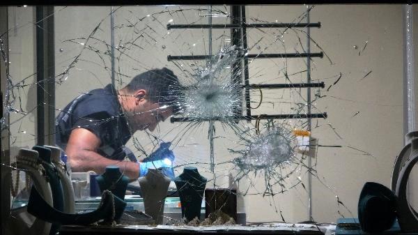Balta ve satırla camını kırıp, kuyumcuyu soyan 2 şüpheli yakalandı