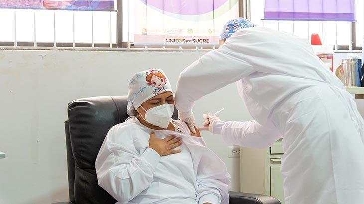 Kolombiya'da ilk Kovid-19 aşısı yapıldı